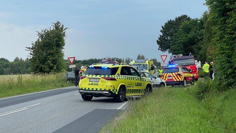 Odensevej ved Assens er spærret tirsdag morgen efter en trafikulykke.
