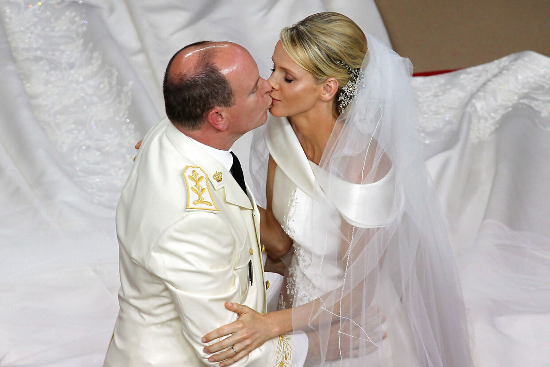 Fyrst Albert og hustru fyrstinde Charlene kysser hinanden under bryllupsceremonien 2. juli.