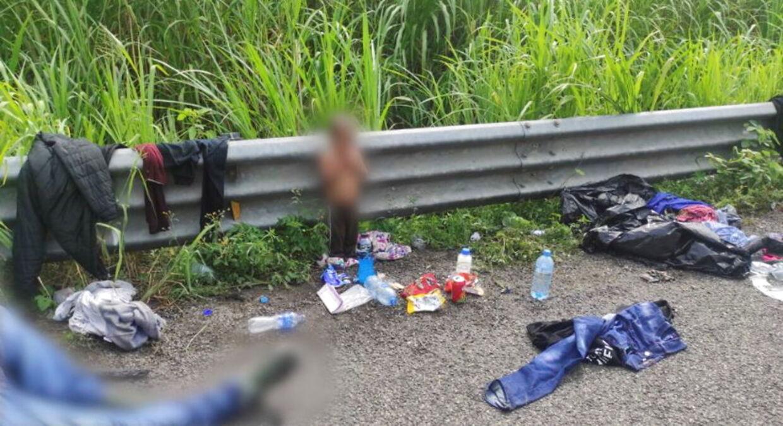 Her ses den bare 2-årige dreng stående i vejkanten omgivet af skrald og efterladt tøj i den mexicanske delstat Veracruz.