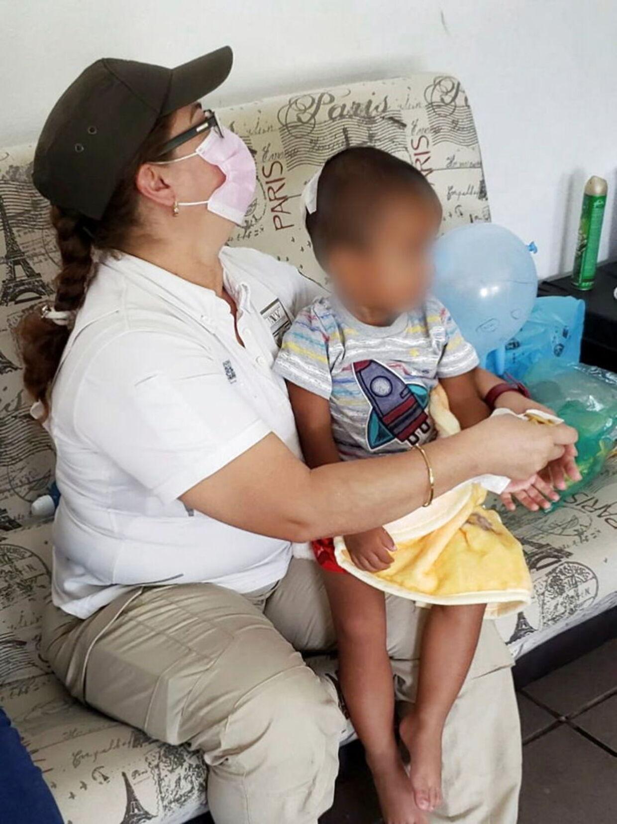 Den 2-årige dreng blev hurtigt hjulpet væk fra stedet og er nu i de sociale myndigheders varetægt, indtil man finder frem til forældre eller anden familie.