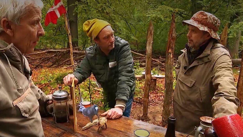 I Nak & Æd er der altid tid til en øl, en pibe og en sludder for en sladder. Foto: DRTV