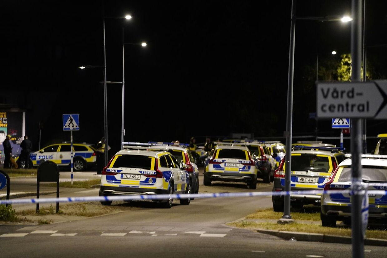 En talstærk politistyrke afspærrede hurtigt gerningsstedet i Göteborg, hvor en ung betjent onsdag aften blev dræbt af skud. Foreløbig er gerningsmanden ikke anholdt.
