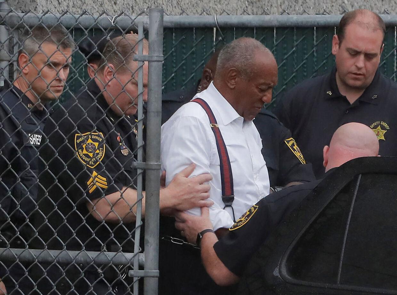 Bill Cosby føres væk efter dommen i 2018.