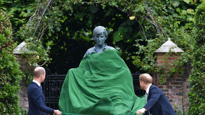Prins William og prins Harry kunne sammen afsløre statuen af deres mor, prinsesse Diana. (Photo by Dominic Lipinski / POOL / AFP)