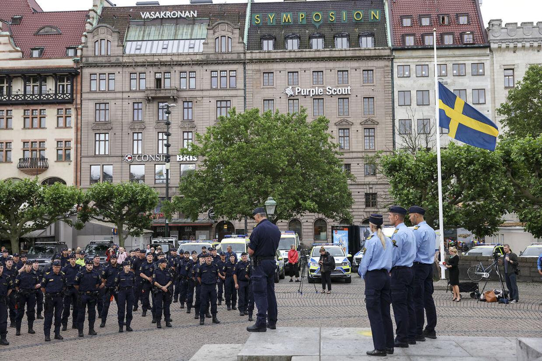 Politiet i Gøteborg holder et minuts stilhed for at ære deres kollega, som onsdag aften blev dræbt af skud.