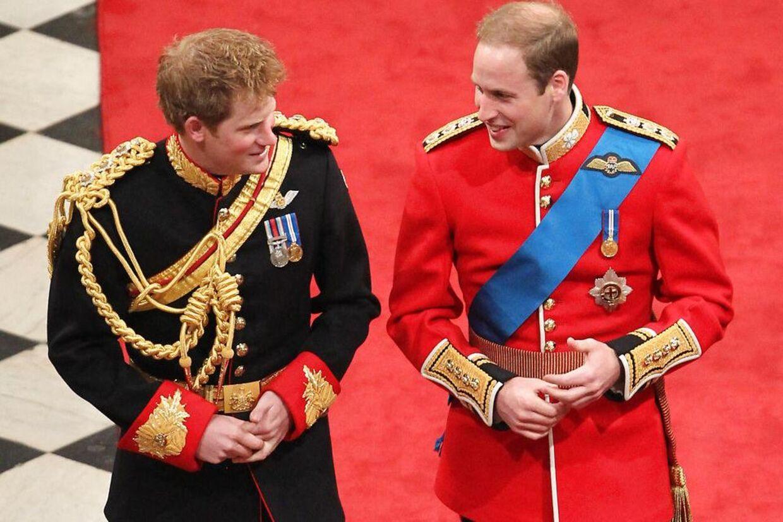 Et glad og tæt brødrepar ved prins Williams bryllup i 2011.