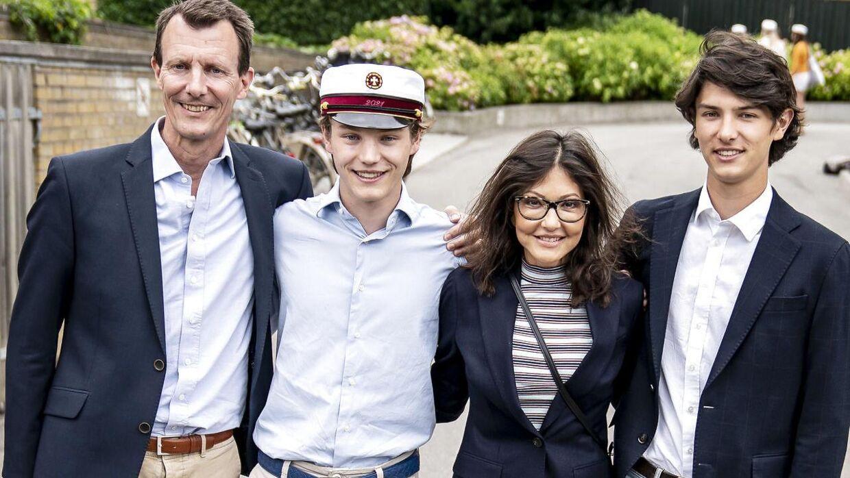 Prins Felix sammen med prins Joachim, grevinde Alexandra og prins Nikolai efter at han er blevet student fra Gammel Hellerup Gymnasium, onsdag den 23. juni 2021.