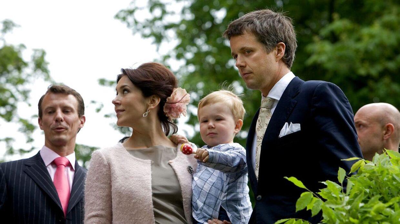 Kronprinsparret har også været flittige gæster på Valdemars Slot. Her ses de til barnedåb for Caroline Flemings datter, Josephine, hvor kronprinsesse Mary var gudmor.