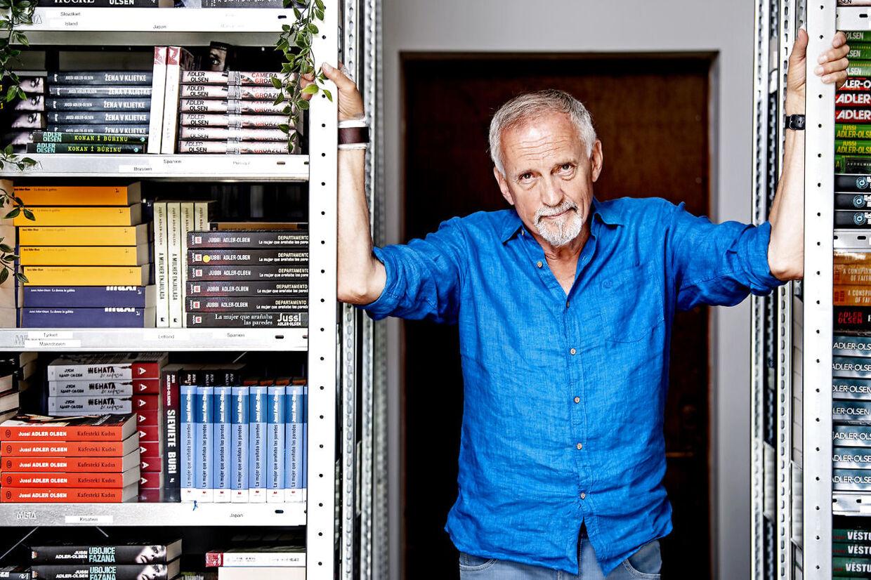 På kontoret fylder Jussi Adler-Olsens udenlandske udgivelser adskillige reoler.