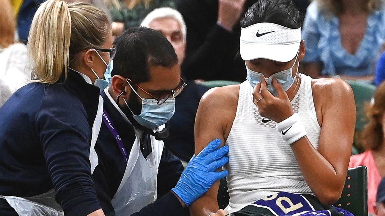 Emma Raducanu fik hjælp fra lægerne men måtte trække sig.