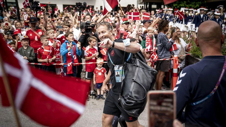Kasper Hjulmand og resten af holdet blev tirsdag sendt afsted af flere hundrede fans.