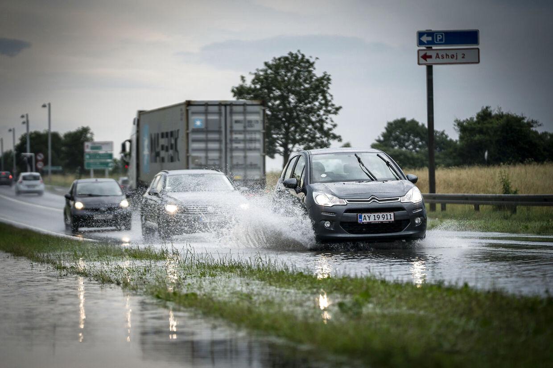 Mandag d. 5. juli blev også det østlige Sjælland ramt af skybrud. Her ses en mindre oversvømmelse på en vej nær Køge.