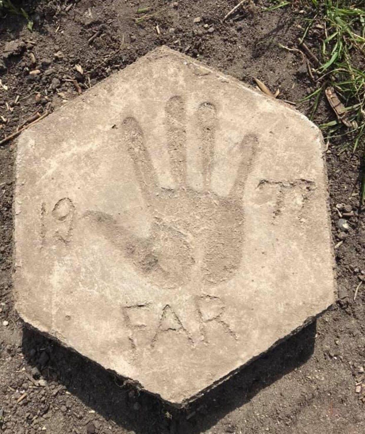 Her er flisen, som Mia og familien fandt, da de gravede ud til terrasse.