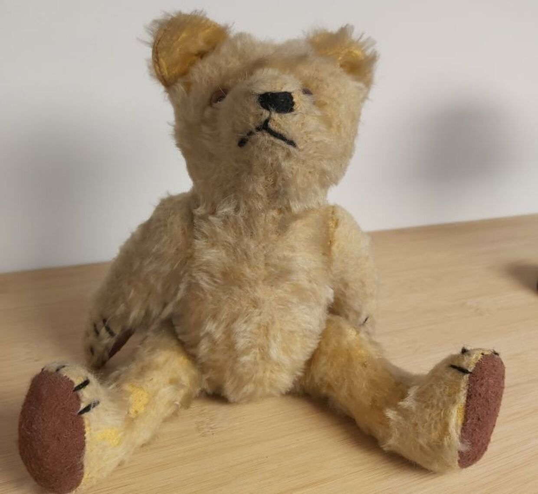 Bamsen, som var Jussi Adler-Olsens eneste selskab, da han som treårig i flere måneder lå indlagt på hospitalet.