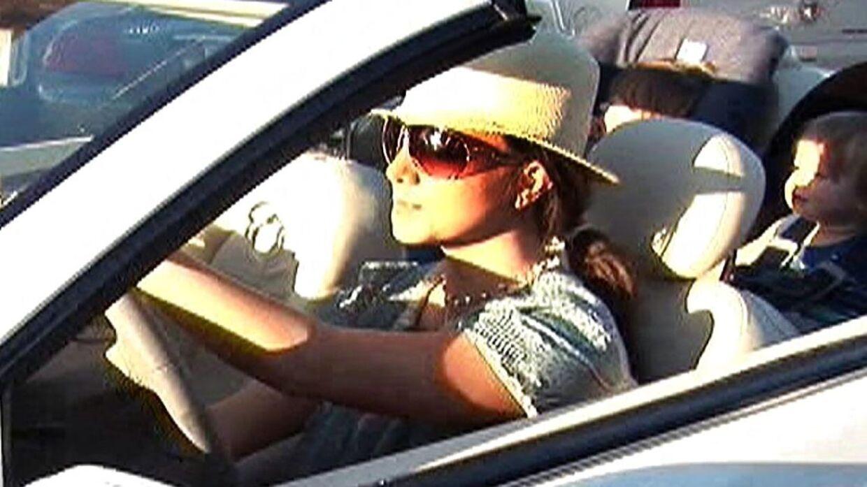 Britney Spears forlader en restaurant i Malibu med sine små sønner, Sean Preston og Jayden James, i september 2007.