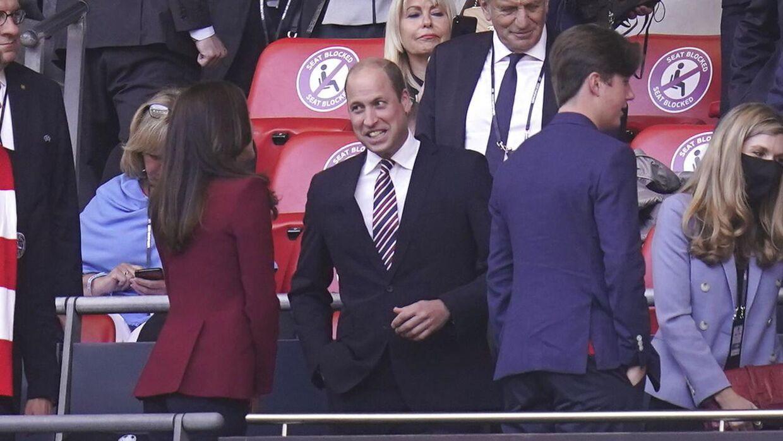 Кронпринцесса Мэри беседует с принцем Уильямом.