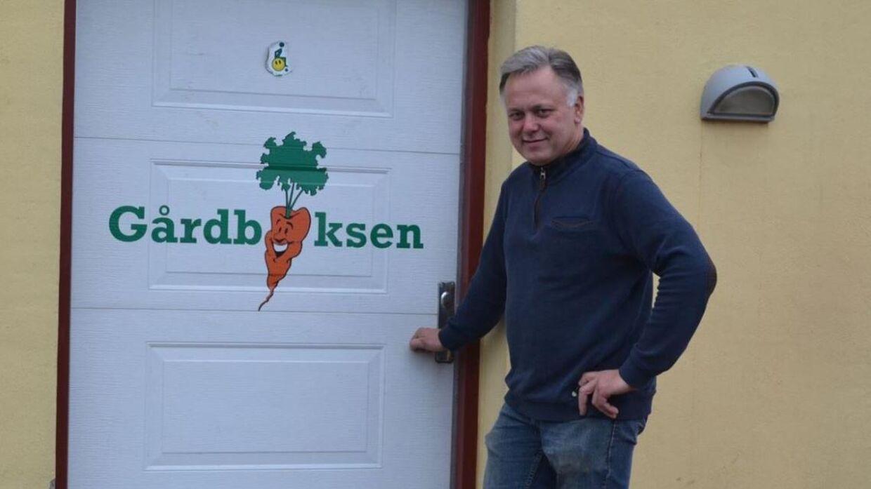 Per Rasmussen er havnet i et kommunalt bureaukratisk slagsmål. Kommunen nægter at give ham lov at stille skilte op, så forbipasserende opdager hans gårdbod.