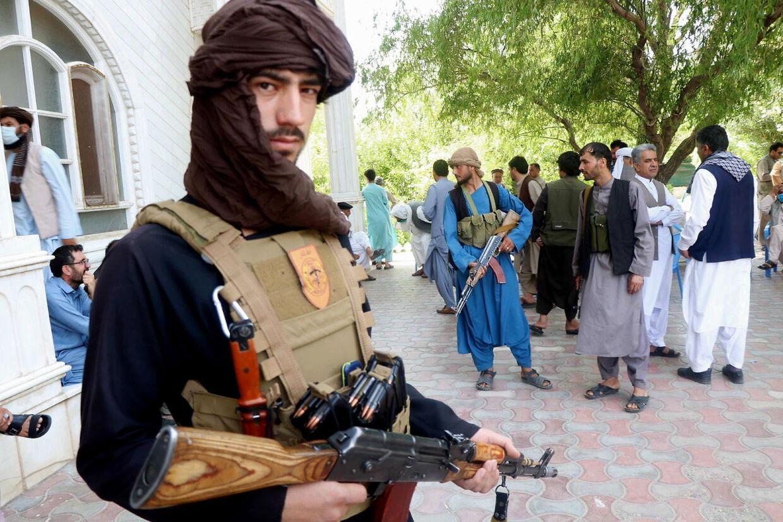 Bevæbnede tilhængere af krigsherren Ismail Khan bevogter hans tilholdssted. EPA/JALIL REZAYEE