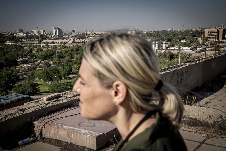 Forsvarsminister Trine Bramsen (S) kigger ud over Bagdad under sit besøg i Union III i Den Grønne Zone i Bagdad i Irak, søndag den 23. maj 2021. Hun mødtes blandt andet med den irakiske forsvarsminister Juma Enad Saadoon. (Foto: Mads Claus Rasmussen/Ritzau Scanpix)