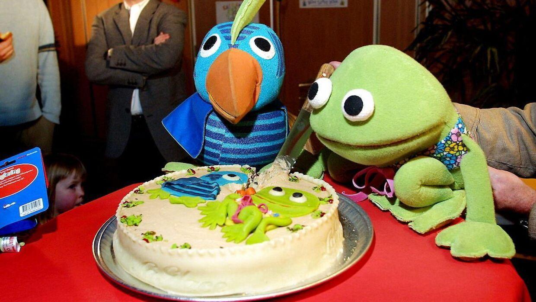 De kendete figurer fra DR TV, Kaj og Andrea holder 30 års fødselsdag med lagkage.