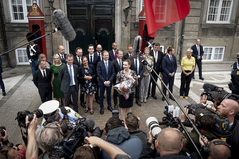 Sådan så det ud, da statsminister Mette Frederiksen 27. juni 2019 præsenterede sin socialdemokratiske mindretalsregering på Amalienborg i København. Nu viser ny karaktbog fra Gallup, hvem der lige nu er i top og bund, når det gælder ministrenes popularitet.
