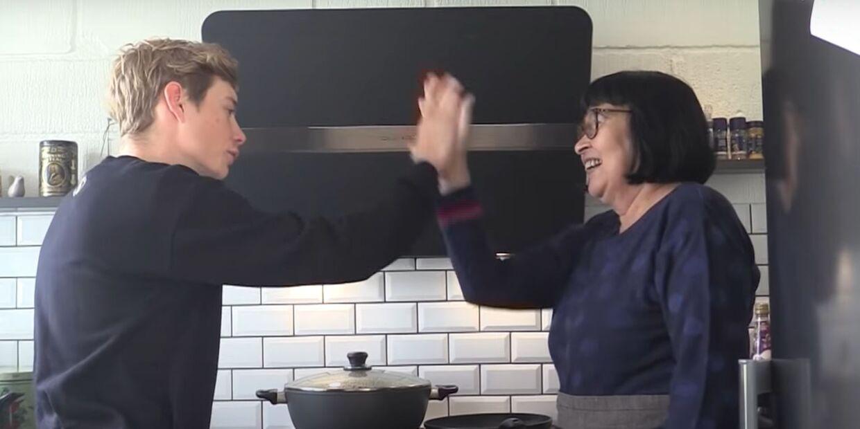 Jonas Vingegaard og Rosa Kildahl i køkkenet sammen i Rosas hjem i Glyngøre.