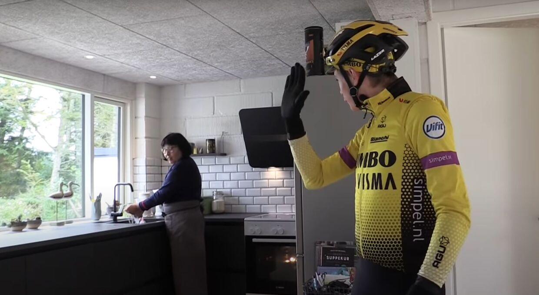 Jonas Vingegaard hilser på svigermor i køkkenet i Glyngøre.