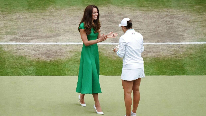 Hertuginde Kate overrækker trofæet til Ashleigh Barty.