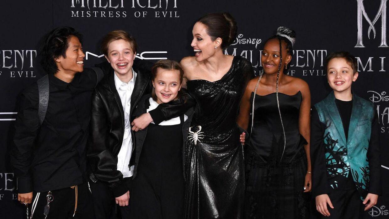 Angelina Jolie med sine og Brad Pitts fem børn, som de fortsat slås om forældremyndigheden over. Her er skuespillerinden til premiere på sin Disney-film 'Maleficient' fra 2019 med børnene, 17-årige Pax, 14-årige Shiloh, 12-årige Vivienne, 16-årige Zahara og 12-årige Knox.