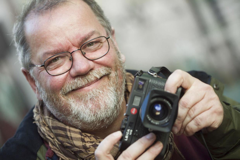 Steffen Jensen signerer bøger i Sallings papir og bogafdeling.