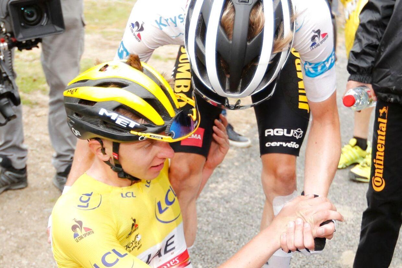 Jonas Vingegaard omfavner Tadej Pogacar efter onsdagens vanvittige etape.