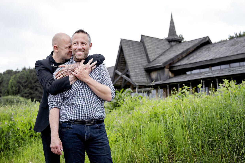 Jim Lyngvild og Morten Paulsen foran vikingeborgen Ravnsborg, hvor de bor og som de selv byggede for ti år siden.