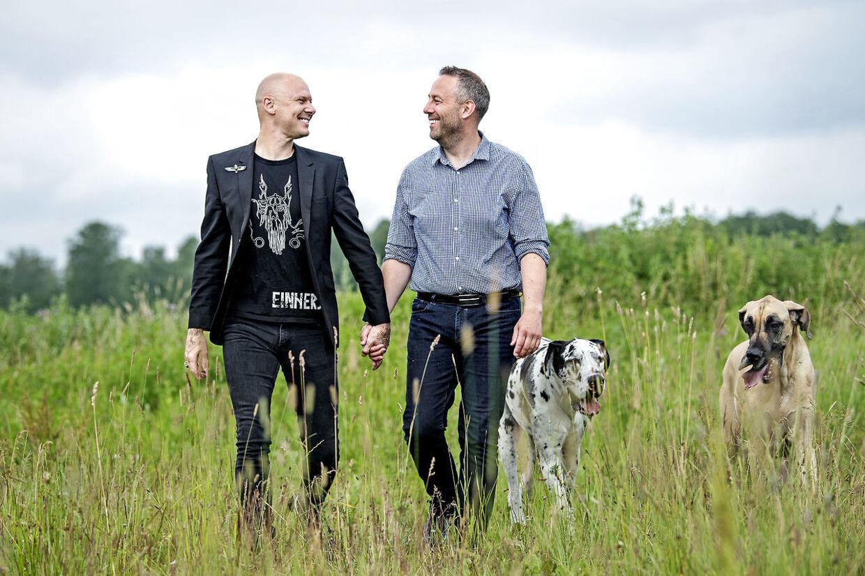 Det er ikke kun i kærligheden, at Jim Lyngvild og Morten Paulsen går hånd i hånd. De arbejder også sammen. Her ses de med hundene Ask og Teddy.