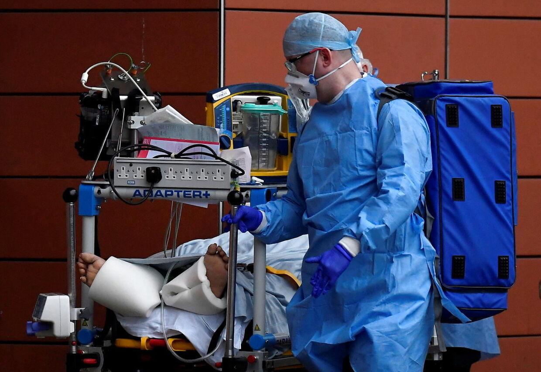 Antallet af indlagte i England stiger markant, og nu genåbner de særlige intensivafdelinger for covid-19-patienter.