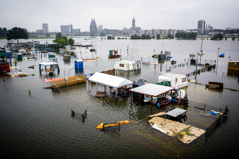 Store landområder ligger fortsat under vand. Her er det en campingplads i Holland
