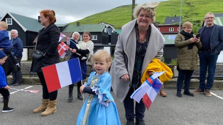 Петра Иверсен и ее внучка Торва Лиллу также принесли французские флаги, чтобы приветствовать королеву.  Семья имеет французское происхождение - и тогда они надеялись, что королева Магрета заметит, что это тоже был жест в память о принце Хенрике.