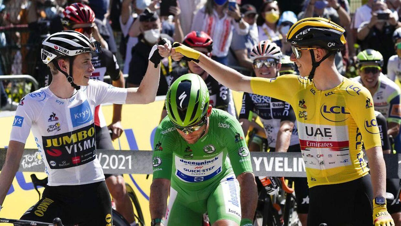 Godt gået! Jonas Vingegaard og Tadej Pogacar lykønsker hinanden på Tourens sidste etape.
