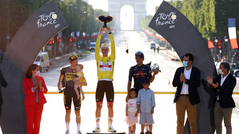 Jonas Vingegaard (tv.) på podiet i Paris sammen med vinderen af Touren, Tadej Pogacar (i midten), og tredjepladsen, Richard Carapaz.