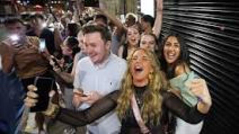 Lykkelige unge på vej på natklub. Andre englændere er noget m,ere skeptiske