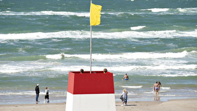 Blæst og turister på stranden ved Trygs livreddertårn på Løkken Strand , tirsdag den 21. juli 2020.. (Foto: Henning Bagger/Ritzau Scanpix)
