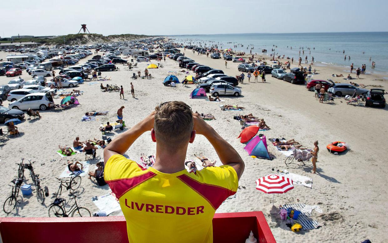 (ARKIV) En livredder fra Trygfonden holder øje med stranden der er pakket med biler og badende ved Blokhus i Nordjylland , torsdag den 25. juli 2019. Mette Frederiksen ønsker at øge danskernes forbrug med en såkaldt sommerpakke. Det er dog ikke nødvendigvis nu, krudtet skal bruges, mener forbrugerøkonom. Det skriver Ritzau, mandag den 8. juni 2020.. (Foto: Henning Bagger/Ritzau Scanpix)