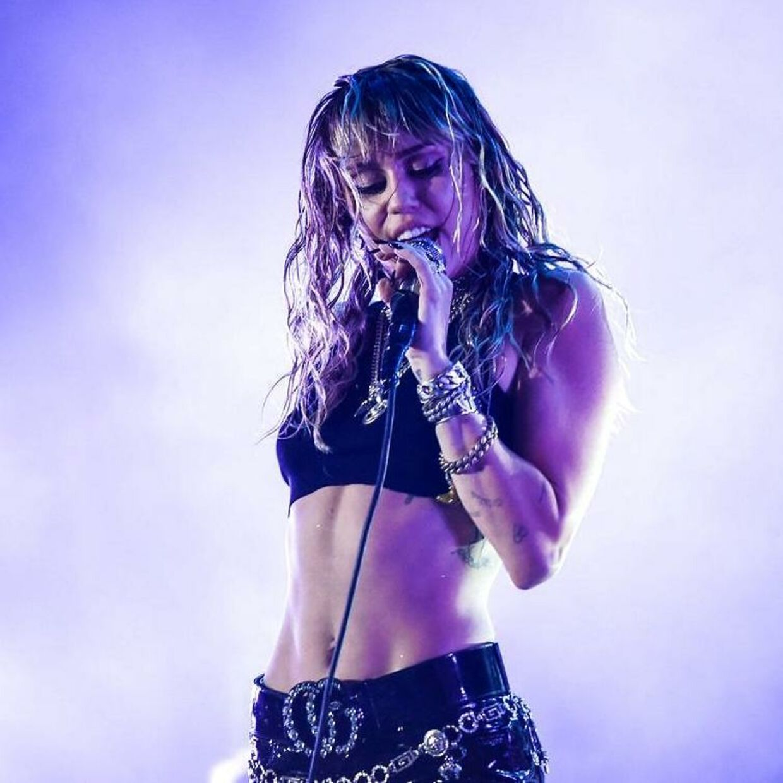 »En stor del af min stolthed og identitet er at være en queer-person. Som jeg siger: Mennesker forelsker sig i mennesker – ikke køn, ikke udseende, ikke noget som helst andet,« har Miley Cyrus tidligere udtalt.