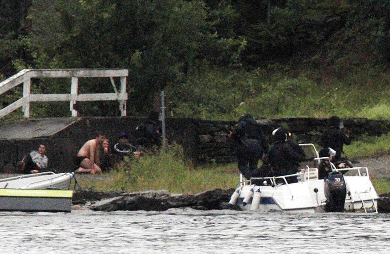 Politiet ankommer til øen Utøya efter Anders Behring Breivik har skudt 69 mennesker 22. juli 2011.
