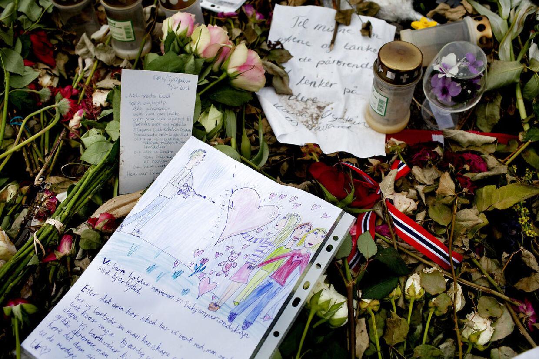 Ved en mindelund tæt på kysten nær sejlruten til Utøya havde befolkningen i Norge lagt blomster og kort til de mennesker, der mistede livet den 22. juli 2011.