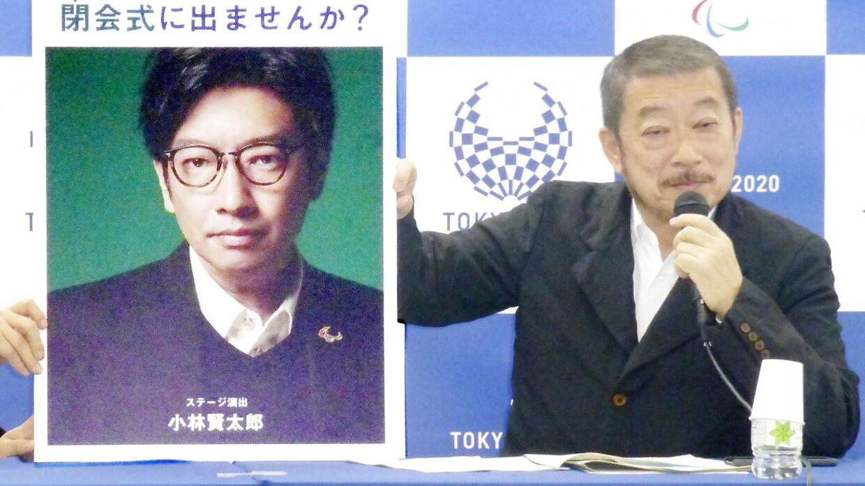 Kentaro Kobayashi (til venstre) er blevet fyret dagen før åbningsceremonien, som han var ansvarlig for.