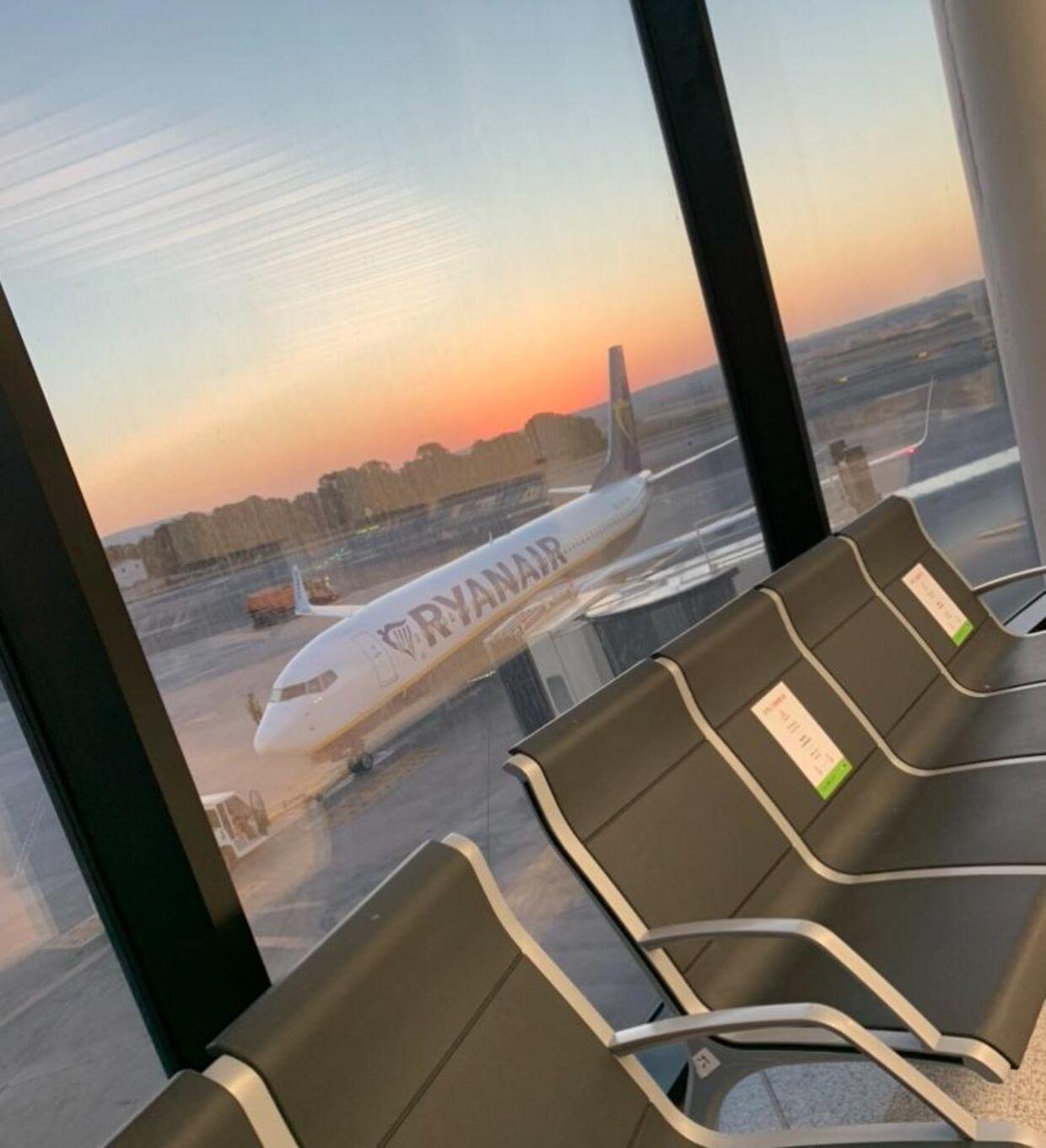 Selvom mange danskere stod ved gaten og kunne se flyet fra Ryanair ud af vinduet, så kom de ikke med ombord.