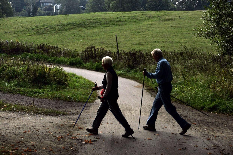 Ældre er blandt de patienter, som oplever, at deres behandling eller operation udskydes på grund af sygeplejerskernes strejke. Mange affinder sig med det og benytter ikke muligheden for at komme på privathospital, siger Ældre Sagen. De to på fotoet har ikke noget med den aktuelle sag at gøre. (Arkivfoto) Bjarke ørsted/Ritzau Scanpix