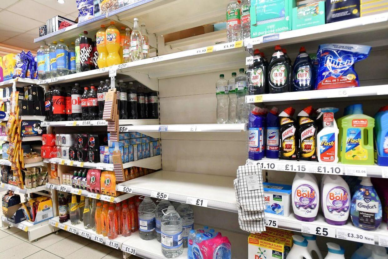 Mangel på ansatte til at pakke og levere fødevarene til supermakrederne er blevet et stort problem.