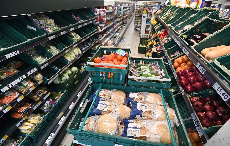 Selv de varer, der faktisk ankommer til supermarkederne bliver ikke altid stillet på hylderne, fordi der mangler arbejdskraft til dette også.