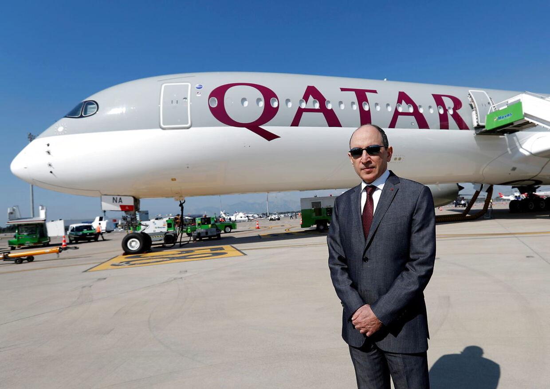 Qatar Airways Chief Executive Officer Akbar al-Baker foran en Airbus A350-1000.